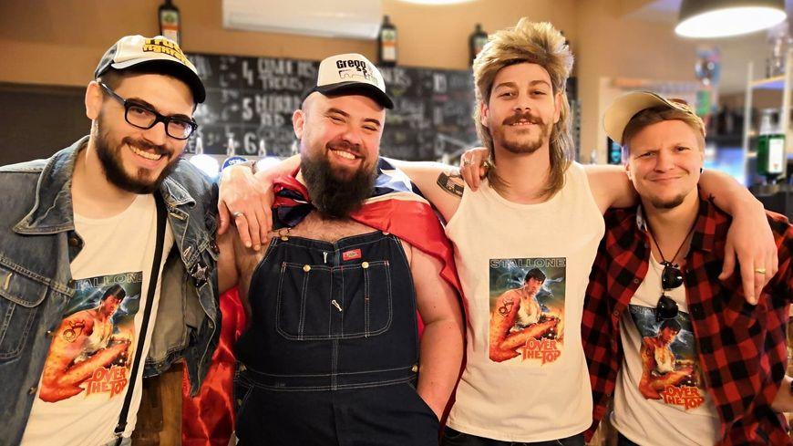 T-shirt sur-mesure, casquette, perruque et chemise à carreaux, l'équipe de la Taverne de Midgard a fait les choses dans les règles