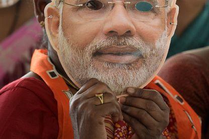 Une femme indienne porte un masque à l'effigie du premier ministre, Narendra Modi, à un meeting électoral du parti nationaliste hindou BJP, mardi 9 avril à Hyderabad.