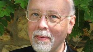 Le père Michel Simonnet est né à Poitiers. Il est l'un des 9 prêtres qui officie à Notre Dame de Paris