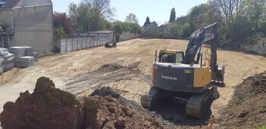 Chantier de création d'un parking de 100 places en zone inondable aux abords de la gare de Sens (Yonne)