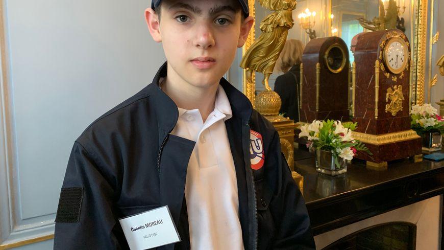 Quentin, l'un des jeunes volontaires, dans la tenue officielle du service national universel.