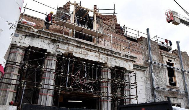 Certains bâtiments portent encore de lourds stigmates des destructions du séisme de 2009