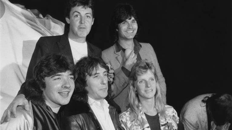 Les Wings > De gauche à droite:  Steve Holly, Denny Laine et Linda McCartney (1941 - 1998). Paul McCartney and Laurence Juber au fond >
