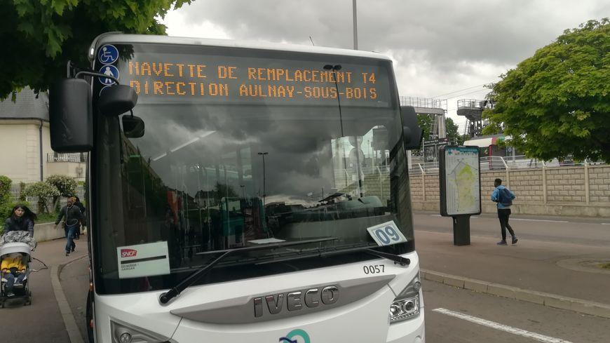 Bus de substitution du T4 à Aulnay-sous-Bois en Seine-Saint-Denis, le 24 avril 2019