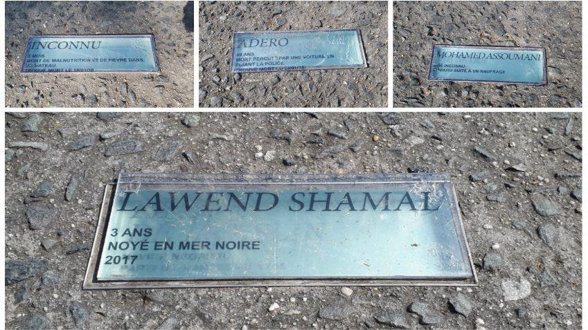 Quelques-unes des plaques du Mémorial détournées. Dessous, se trouve le nom d'un navire négrier.