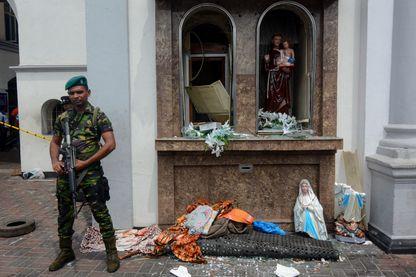 Soldat sri lankais de garde devant l'église St Antoine de Colombo où s'est déroulée l'une des huit attaques terroristes le 21 avril 2019.