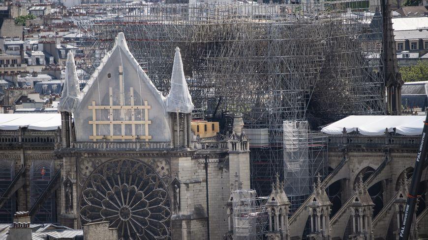 """Plus d'un millier d'experts du patrimoine invitent le président de la République à éviter la """"précipitation"""" dans la restauration de la cathédrale Notre-Dame et à ne pas s'affranchir des règles de protection du patrimoine."""
