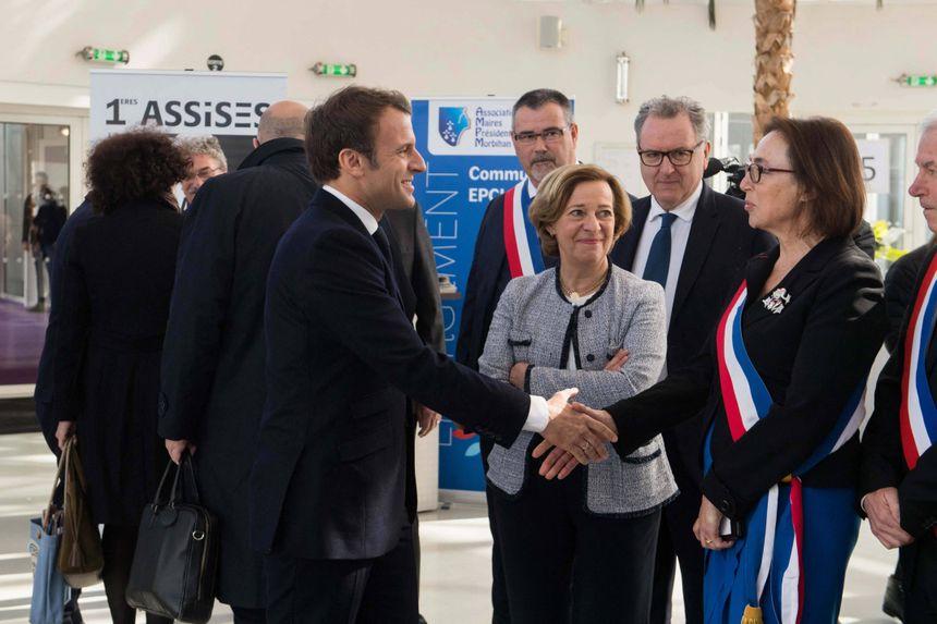 Emmanuel Macron accueilli par la maire de Saint-Brieuc Marie-Claire Diouron.