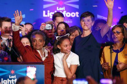 Lori Lightfoot (à gauche) avec sa fille et sa compagne, après l'annonce de sa victoire à Chicago