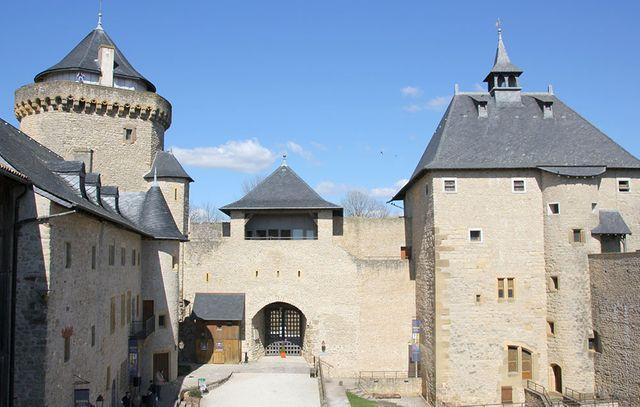 """Cour du Château de Malbrouck en Moselle qui accueille l'exposition """"Hergé, une vie une oeuvre"""" jusqu'au 30 novembre"""