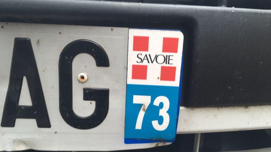 """Le propriétaire de cette plaque d'immatriculation a collé un autocollant """"Savoie""""."""