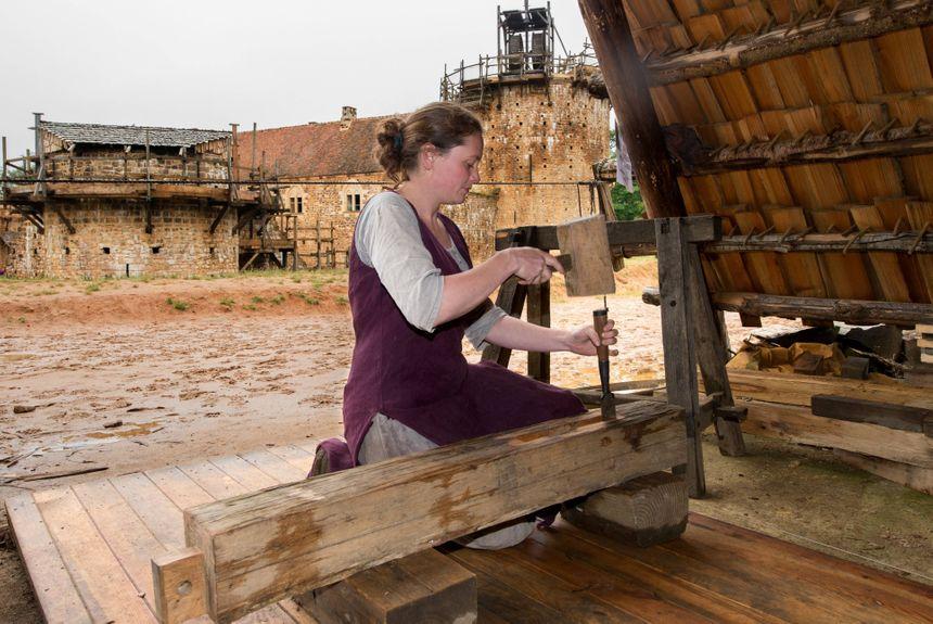 A Guédelon, une cinquantaine de personnes construisent un château fort selon les techniques et avec les matériaux utilisés au Moyen Âge.