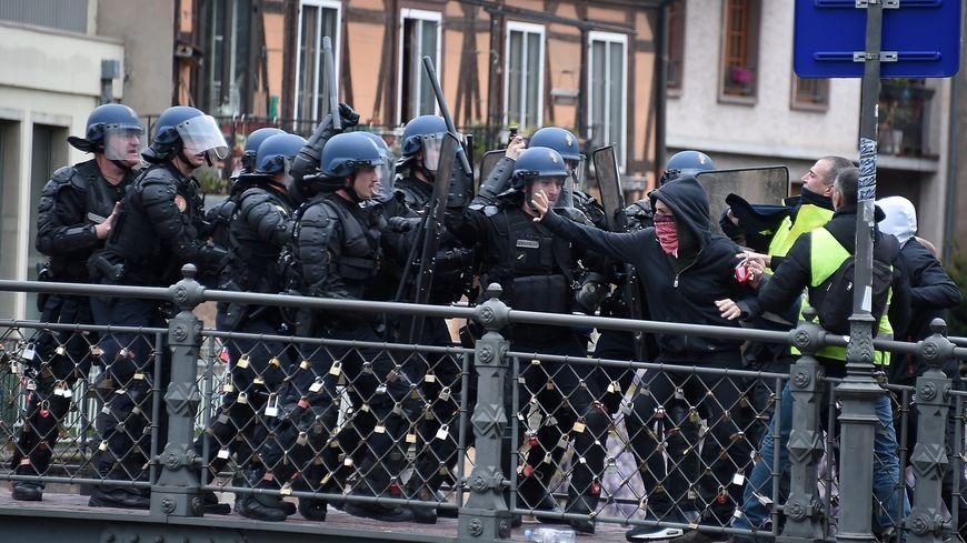 Face à face entre les gilets jaunes et les forces de l'ordre samedi 27 avril à Strasbourg.
