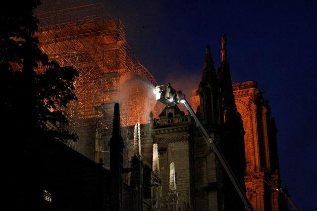 Les pompiers ont continué à lutter contre les flammes.