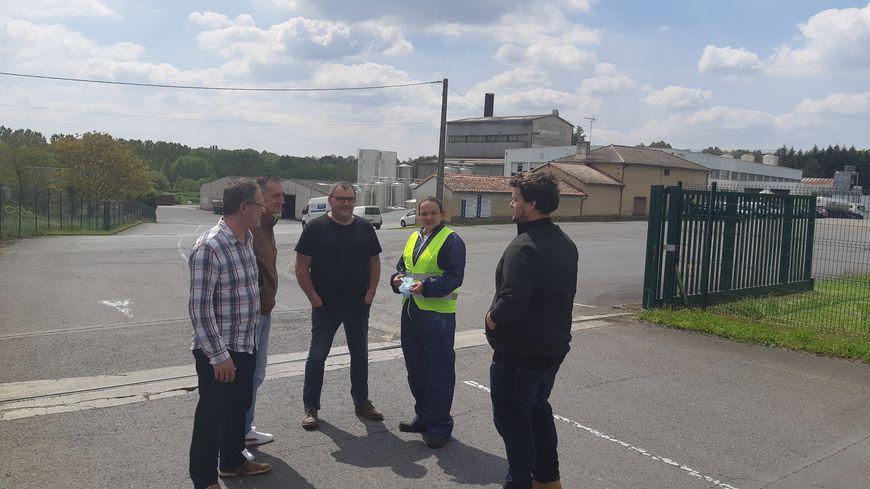 Des salariés réunis devant la laiterie de Saint-Saviol (Vienne) après l'annonce de la fermeture du site en octobre 2019