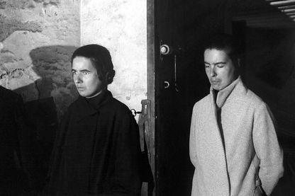 1er SEPTEMBRE 1933 : Les sœurs PAPIN, Christine (l'aînée, au premier plan) et Lea (derrière elle), arrivent à leur procès.