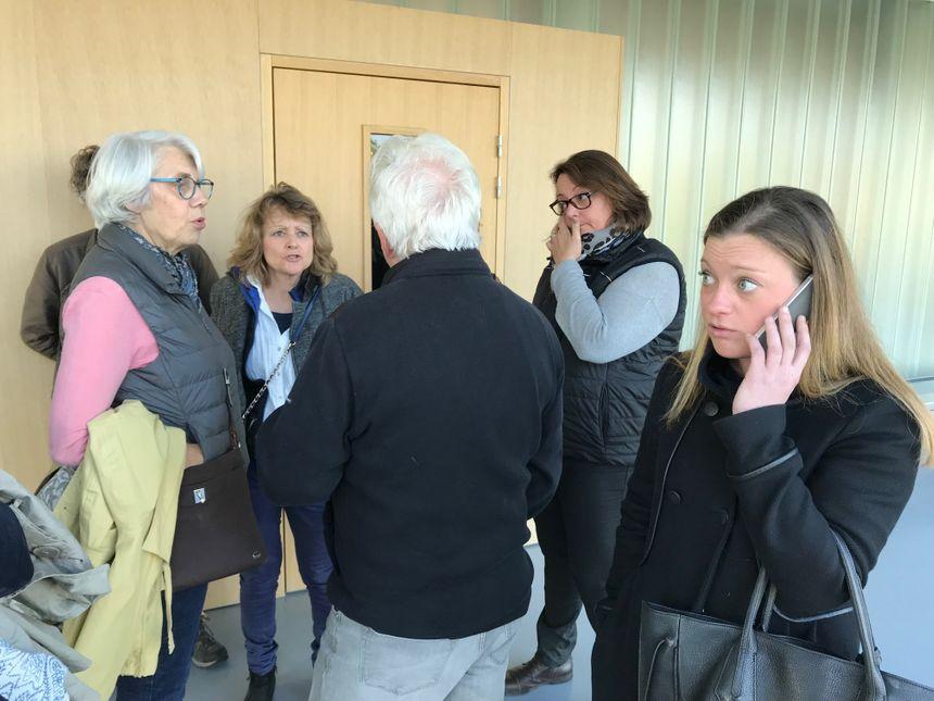 Les opposants au site GDE de Nonant-le-Pin dans l'Orne, Emilie Dehaudt une des administratrices de la page Facebook au premier plan, au tribunal de Caen ce mardi matin.