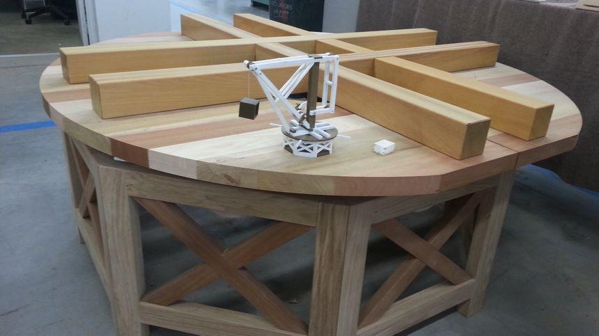 Le socle de la grue est prêt (la maquette visible sur la photo a servi de base pour le calcul des éléments)