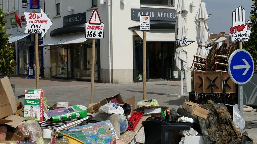 Le dépôt d'ordures a été déposé place de Gaulle, ce lundi 1er avril.