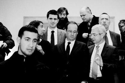 A gauche, Alexandre Benalla. A droite, notamment, François Hollande et Claude Bartolone. Au fond, plusieurs membres du Parti socialiste.