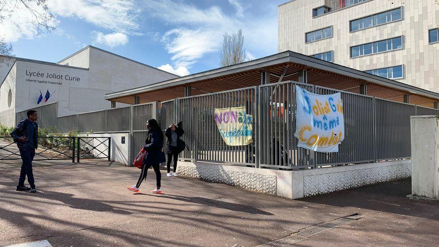 Le lycée Joliot-Curie de Nanterre a connu quatre départs de feu depuis la mi-mars.