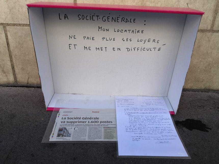 Ce samedi matin, la propriétaire s'est installée devant l'agence de la Société Générale, à Tours, pour dénoncer les loyers impayés.