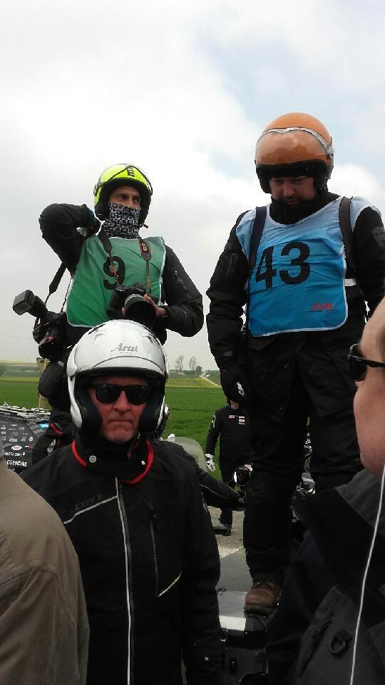 Des photographes acrobates sur la route du Paris-Roubaix
