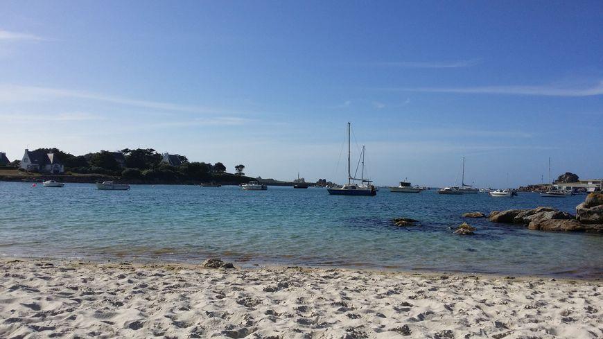 Plage bretonne de sable fin, pas un nuage dans le ciel