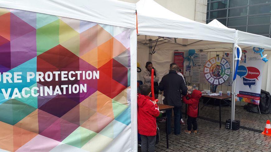 L' Agence régionale de la santé a installé des stands devant la BFM de Limoges pour la semaine de la vaccination