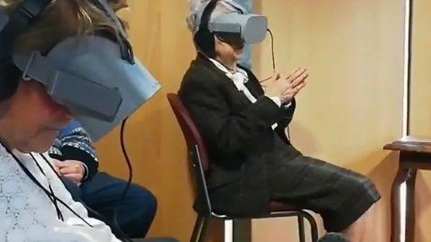 Les résidents de l'Ehpad Clos-Saint-Martin à Rennes ont pu suivre la messe de chez eux grâce à un casque de réalité virtuelle.