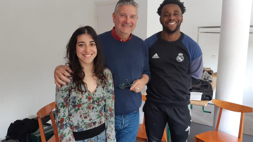 Yasmine et Antoine, élèves à la classe prépa théâtre de la MC93 à Bobigny et le coordinateur de la prépa, Alice Lebreton
