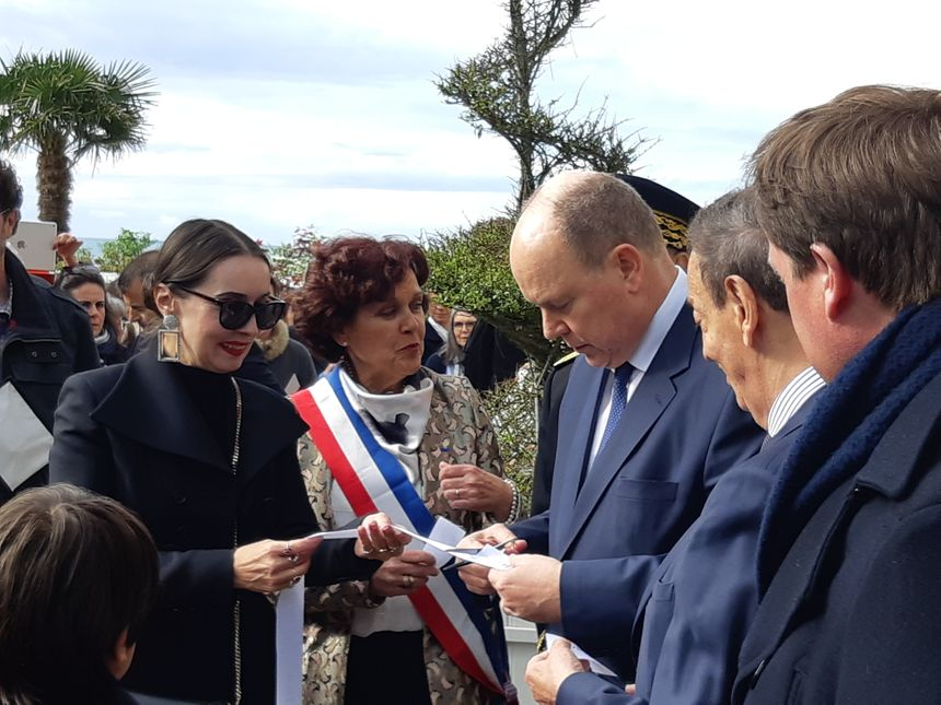 Le Prince Albert II de Monaco devant la villa Christian Dior à Granville, en présence de Florence Muller (à gauche) commissaire générale de l'exposition et Dominique Baudry maire de Granville
