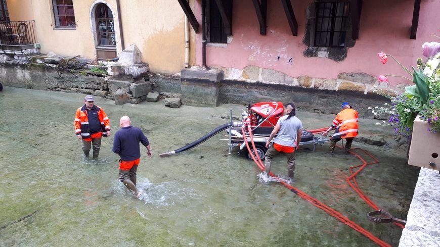 Le canal qui sillonne le centre historique d'Annecy est nettoyé deux à trois fois par an