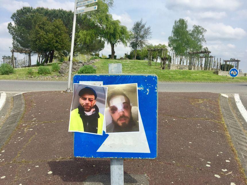 Des photos de gilets jaunes blessés ont été collées sur plusieurs panneaux de signalisation entre Pardies et Mourenx.