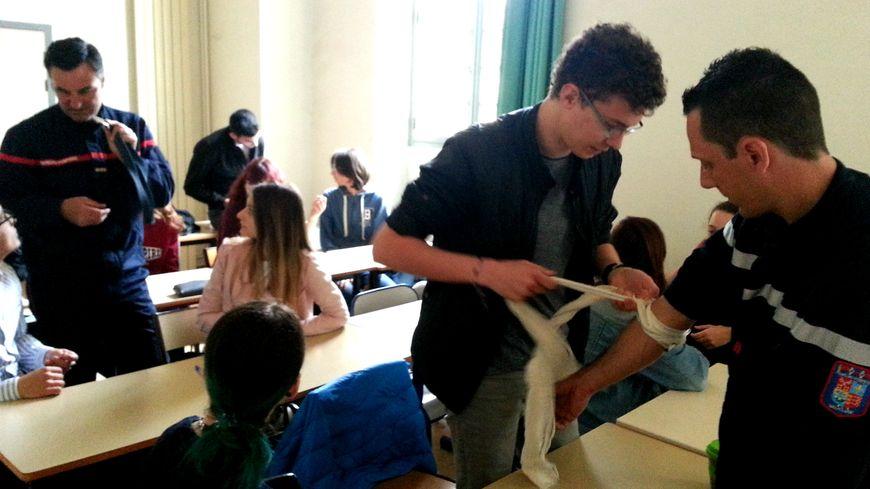 Les pompiers enseignent à l'université d'Avignon les techniques de garrot