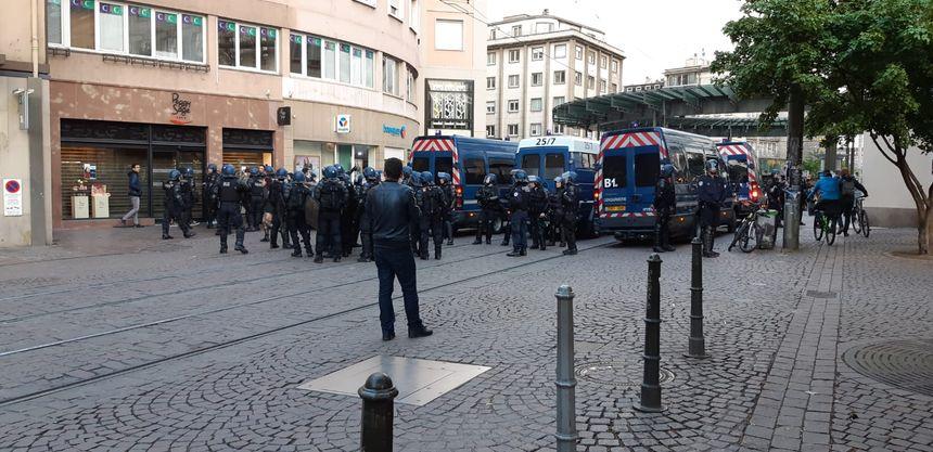 Les forces de l'ordre place Kléber à Strasbourg, en fin de manifestation.