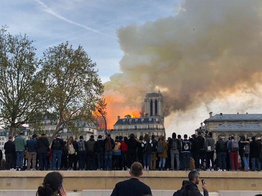 Les badauds assistent impuissants à l'incendie de Notre -Dame de Paris