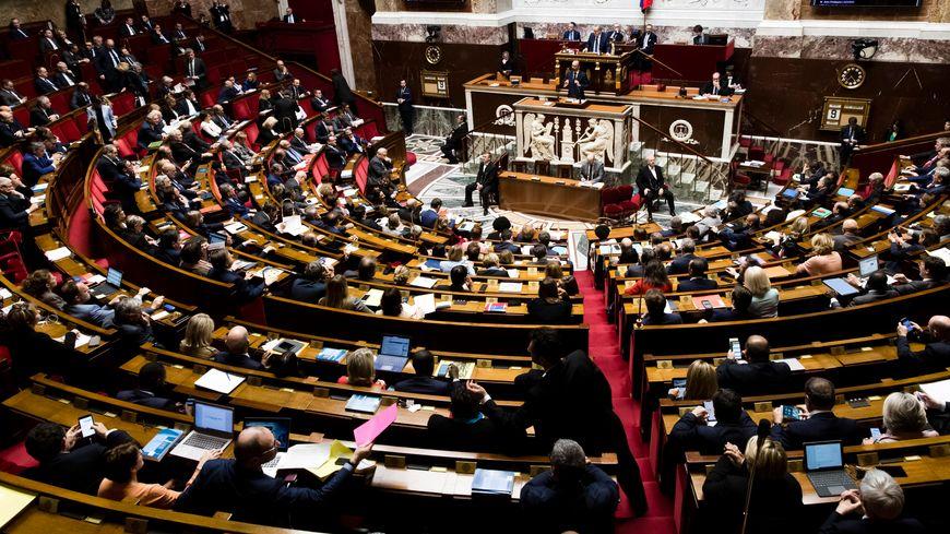 La France compte 577 députés et 348 sénateurs