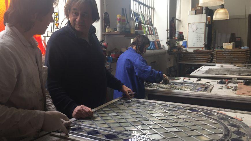 Le maître-verrier Christophe Berthier dans l'atelier de Grenoble.