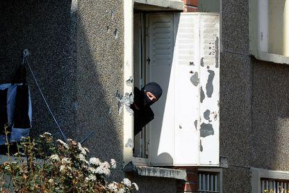 Un policier, le 23 mars 2012, dans l'appartement où s'était retranché Mohamed Merah.