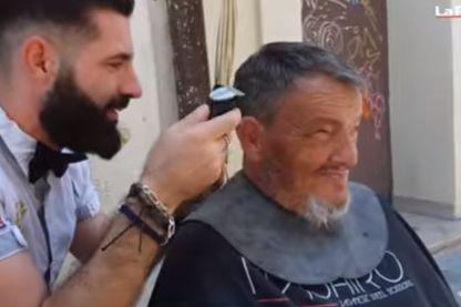 Kévin Ortega dans son salon de coiffure en plein air