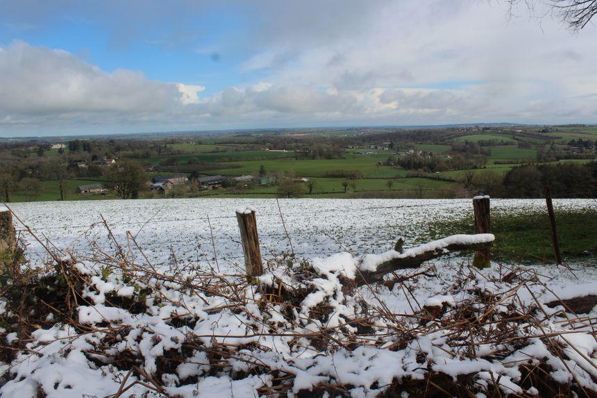 Un contraste entre les collines encore enneigées et les plaines où la neige a vite fondu