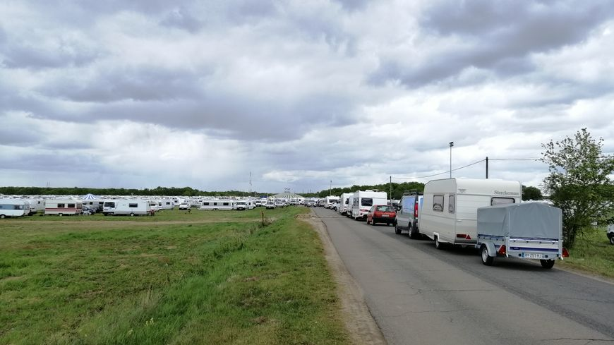 Entre 5 000 et 7 000 caravanes sont stationnées à Nevoy le temps de cet événement.