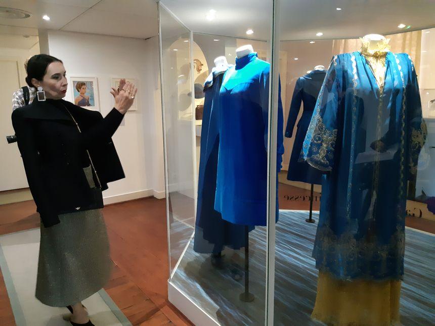 """Florence Muller commissaire générale de l'exposition a choisi 90 tenues Dior dans la garde-robe de la princesse pour expliquer """"le style, souvent sobre mais très élégant"""" de Grace de Monaco."""