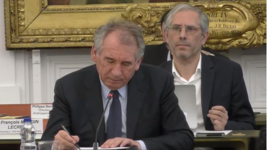 Francois Bayrou et Stéphane Thérou lors d'un conseil municipal