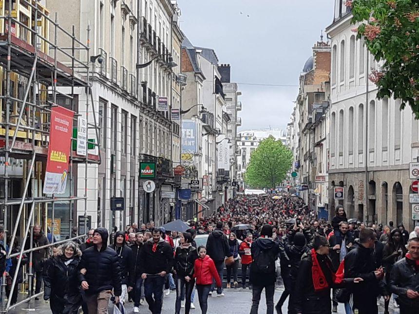La foule s'élance place de la mairie