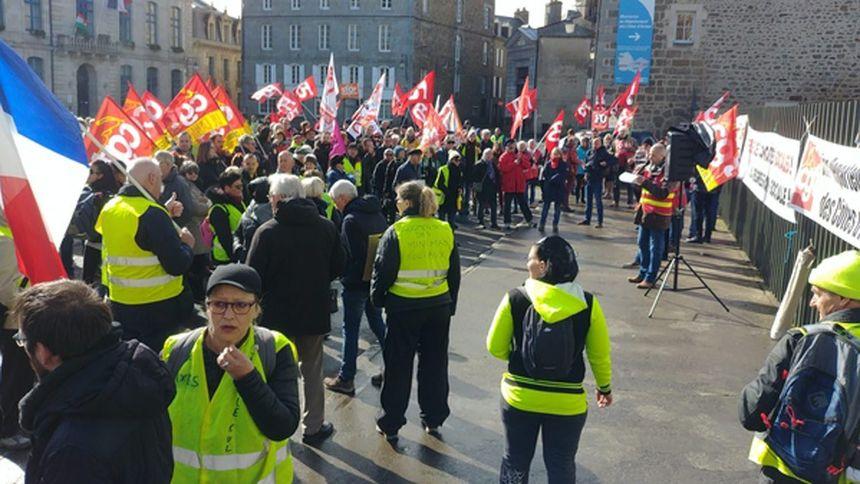 Gilets jaunes et syndicats ont manifesté devant la préfecture avant de se disperser.