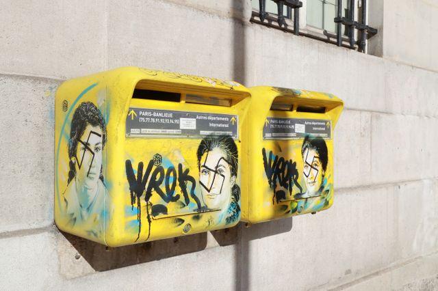 Photo prise en février 2019 dans le 13e arrondissement de Paris. On y reconnaît le visage de Simone Veil sous une croix gammée.