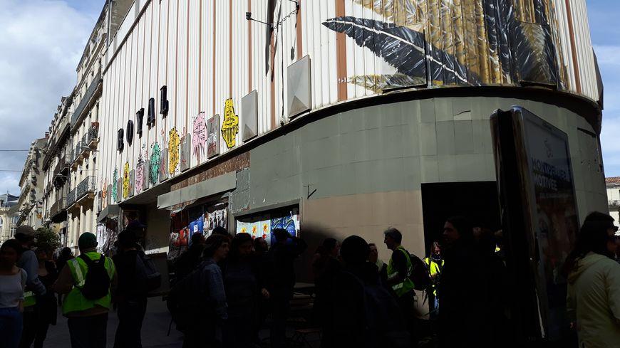 """L'ancien cinéma """"Le Royal"""" à Montpellier, évacué le 11 mai 2017 est réinvesti par d'anciens occupants et des gilets jaunes pour créer """"une maison de peuple""""."""