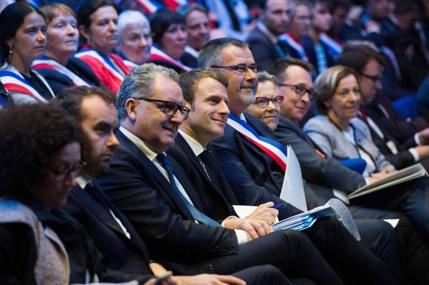 Emmanuel Macron attentif au premier rang.
